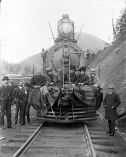 Royal tour (group seated on the front of the engine of the royal train), 1901 / Visite royale (groupe de personnes assises à l'avant de la locomotive du train royal), 1901