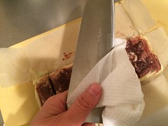 切る度に、包丁を拭き取ります