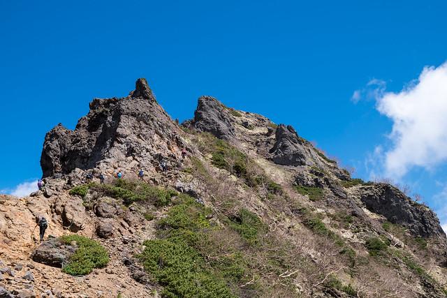 岩稜を登って横岳を目指す
