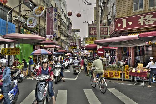 禁止逆向標誌不適用於這裡的早上 ~ 豐原富春街(復興路口) by Ming - chun ( very busy )