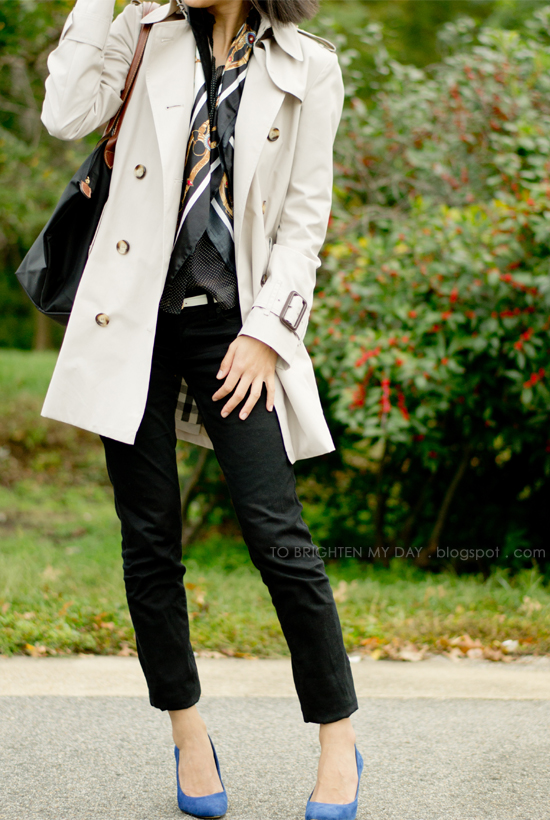 khaki trench, chain scarf, blue suede pumps