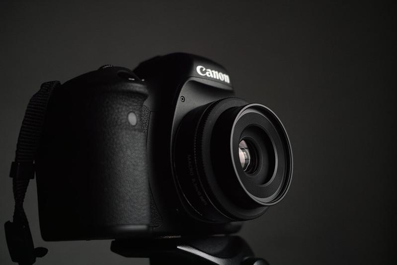 6D EF40mm + 純正フードES-52 + 首つり紐 = 953g