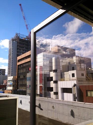 ガラスに写った雲と向こうの雲が合わさってワケワカラン。