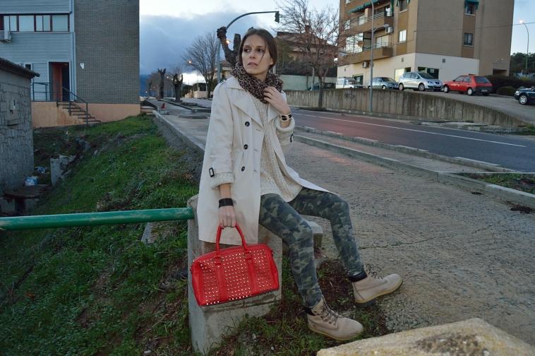 lara-vazquez-madlula-blog-fashion-red-bag-trench-leopard-foulard