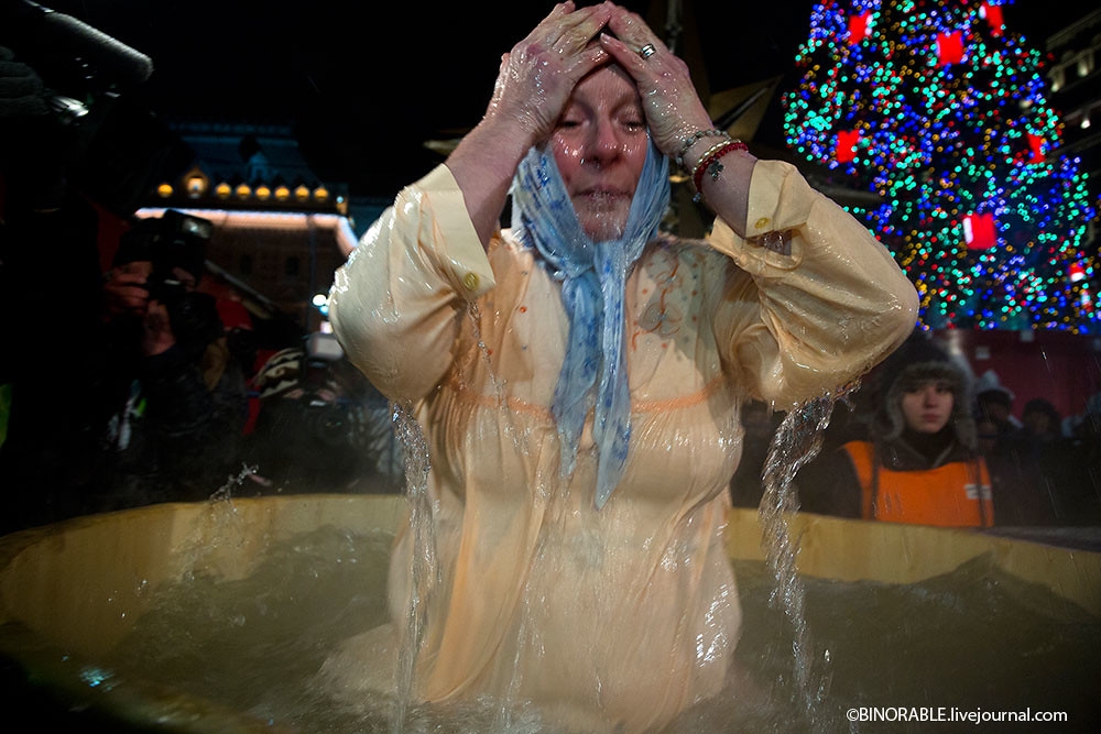 Epiphany bathing in center of Moscow ©binorable.livejournal.com