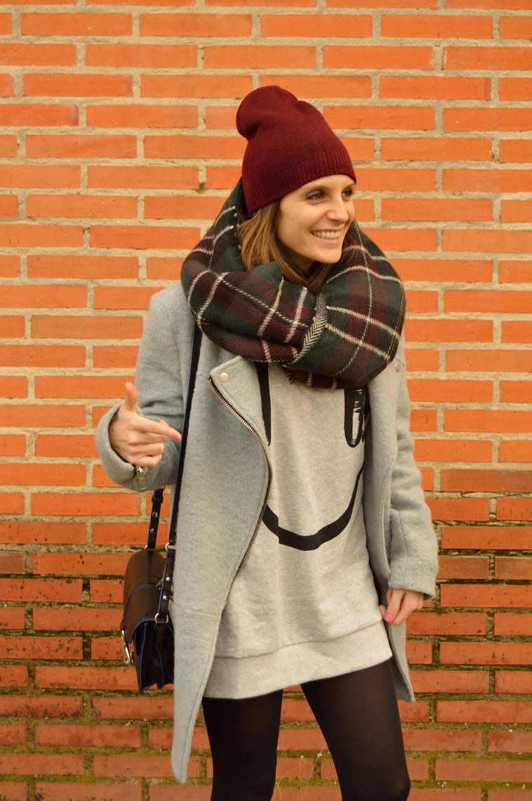 lara-vazquez-madlula-blog-fashion-casual-look-burgundy-tartan-foulard-beanie-grey-coat-winter