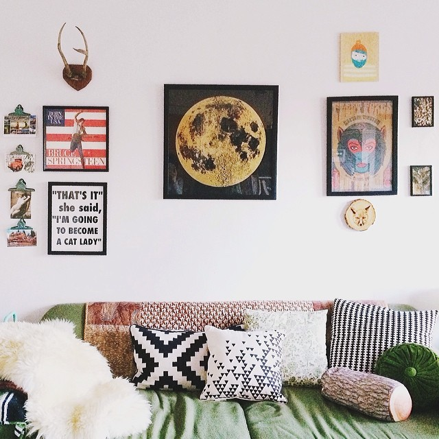 Is it weird that I secretly love rearranging wall art and pulling out nails so that I can patch them with spackle? It's like frosting a cupcake without baking anything. Anywho, gold moon print from @alittlelark and a Nell & Mary pillow from @honeykennedy