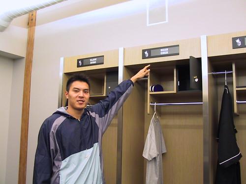 2.陳信安在國王練球場館的衣櫃