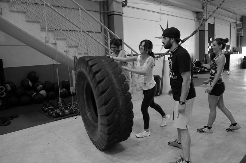 foto en blanco y negro del tire flip en la sesión de prueba en CrossFit Northwest Paterna