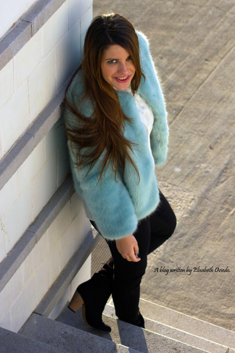 abrigo de pelo azul ZARA con jeans y botines MARYPAZ de tacón HEELSANDROSES (8)