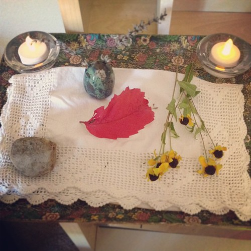 Luther and I decorated the nature tray after our morning  walk in the park.