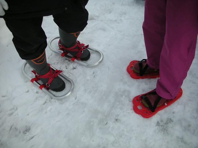 色とりどり,形さまざまな雪歩きのアイテムが揃った.
