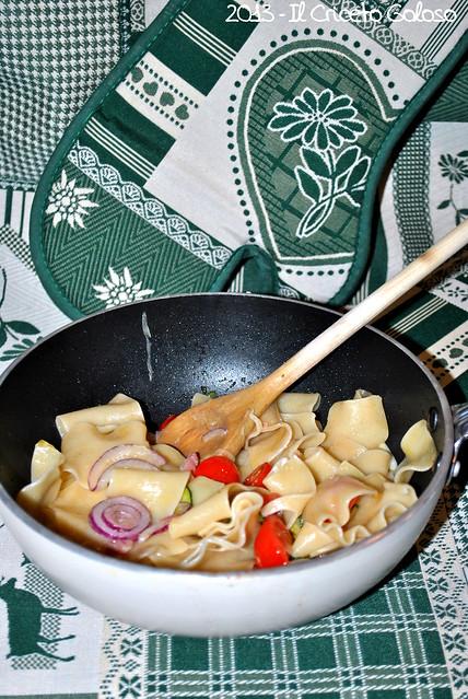 Pasta con brie, pomodorini, cipolla rossa, pancetta affumicata, zucchine (2)