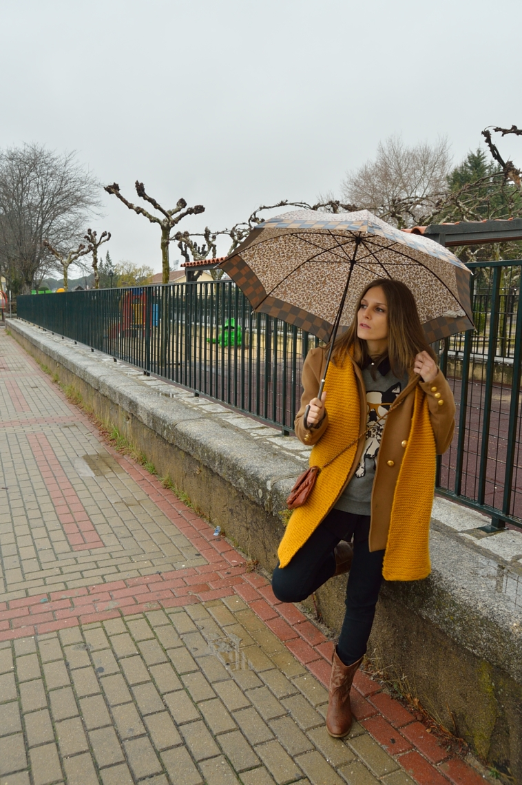 lara-vazquez-madlulablog-fashion-mustard-scarf-brown-coat-umbrella