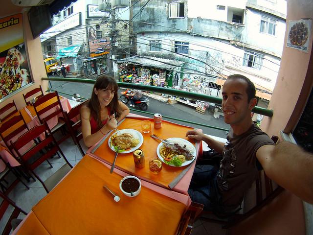 Diario de un Mentiroso comiendo en la favela Rocinha