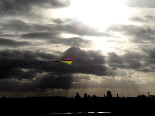 Drachen vor grauen Wolken