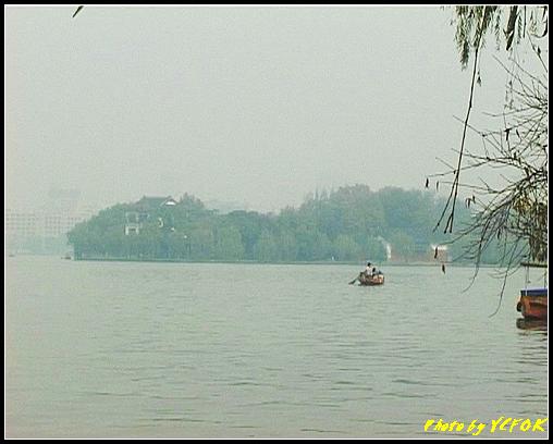杭州 西湖 (其他景點) - 610 (西湖十景之 柳浪聞鶯 西湖上的小遊船 背景是古湧金門一帶)