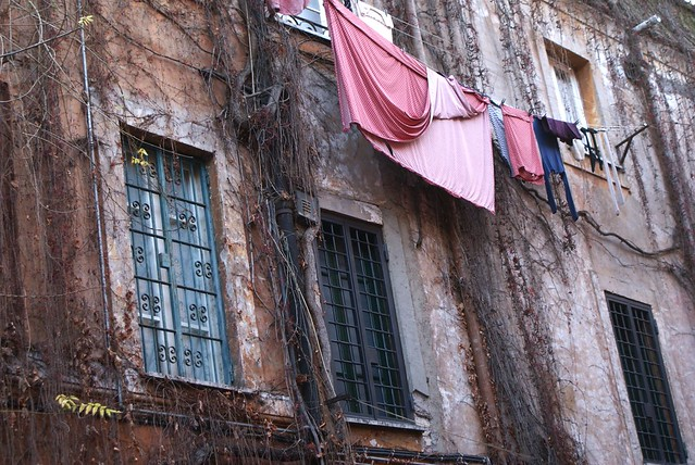 Le linge au fenêtre de Trastevere à Rome. Même en hiver.