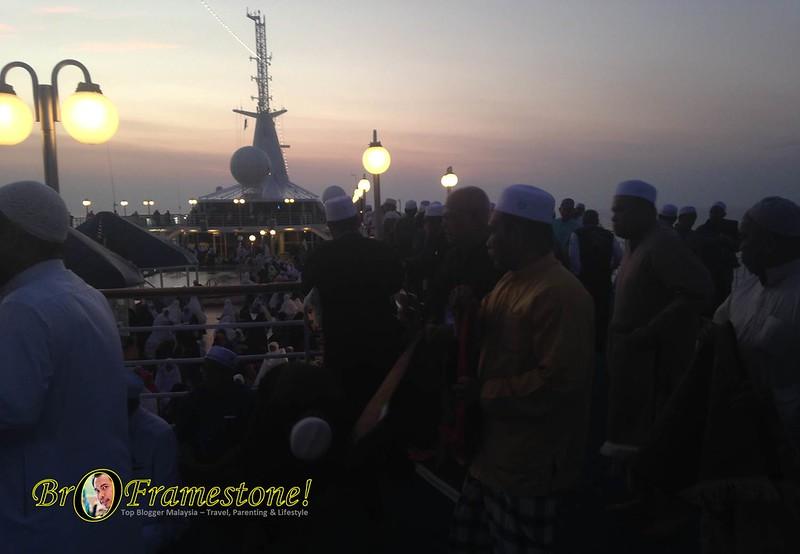 Solat Berjemaah Menikmati Pemandangan Matahari Terbit Atas Kapal Pelayaran Islamik