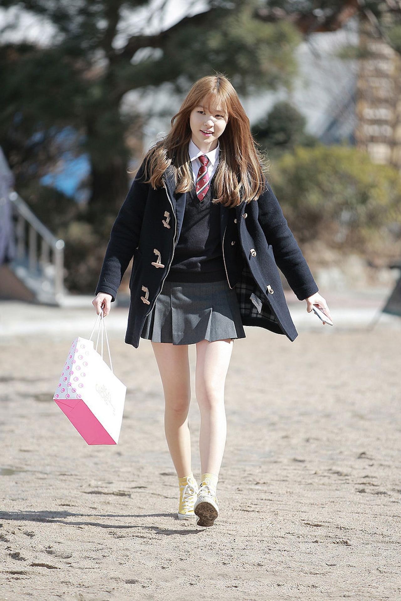 為何校裙只是短了一點,就是「做錯」?圖為韓國女生校服。(와사비/Wikipedia)