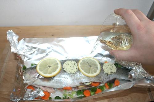 21 - Weißwein dazu gießen / Add white wine