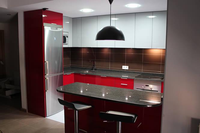 Dise o de cocinas en getafe rey rojo con gris clarito for Cocinas con granito negro
