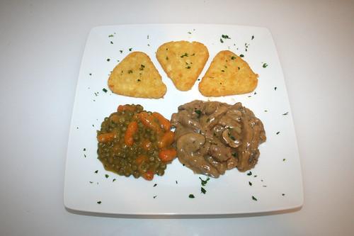 37 - Zürcher Kalbsgeschnetzeltes mit Röstis, Erbsen & Möhren - serviert / Veal chop zurich style with roesti, peas & carrots - Served