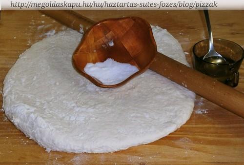09- A tésztát sózom, olajozom