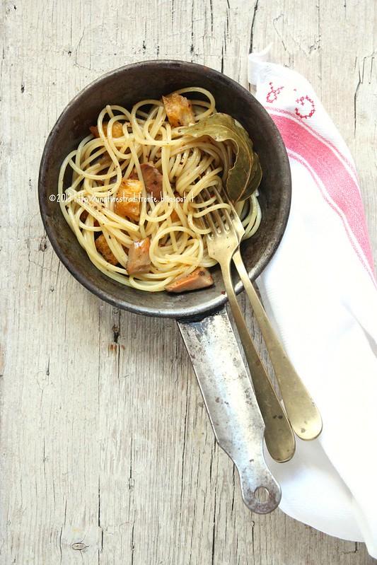 Spaghettini con funghi rositi all'alloro e peperoncino e cubetti di pane tostato