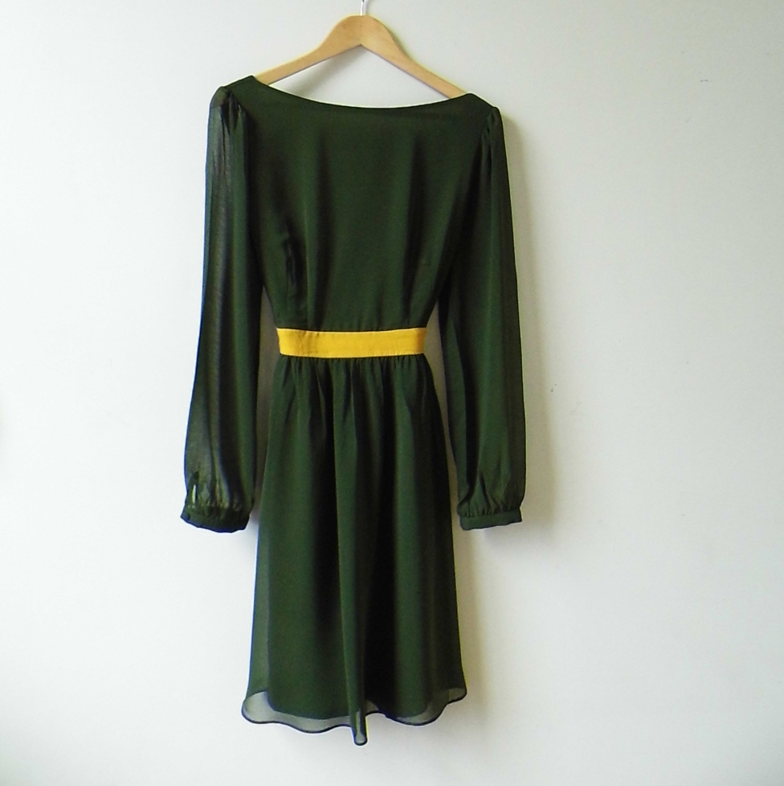 Green cocktail dress sleeves yellow band