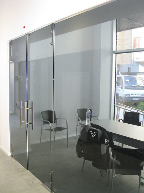 Mamparas de oficina vidreglass for Imagenes de puertas de cristal