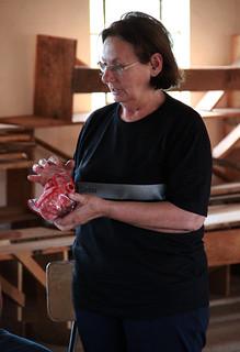 Odete Silveira, da Caritas Arquidiocesana, apresentou tecnicas de artesanato com materiais reutilizados. POR VICTORIA HOLZBACH