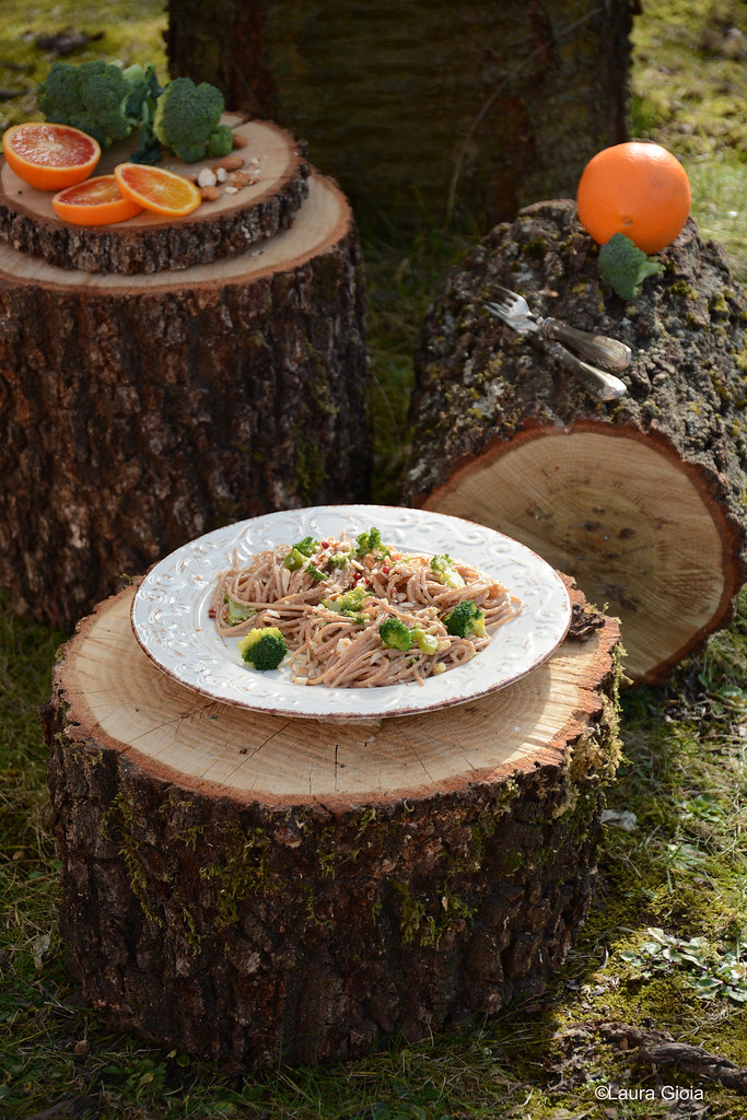 spaghetti di farro con broccoli, mandorle e arancia