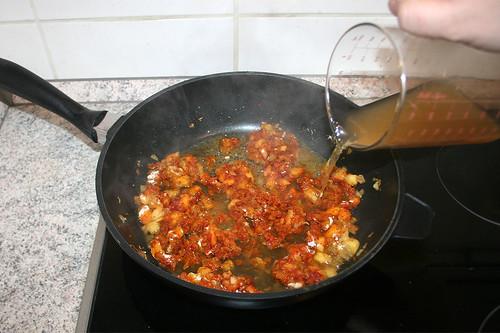 27 - Mit Hühnerbrühe ablöschen / Deglaze with chicken stock