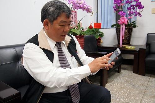 屏東環保局長魯台營示範用手機軟體檢舉污染稽查