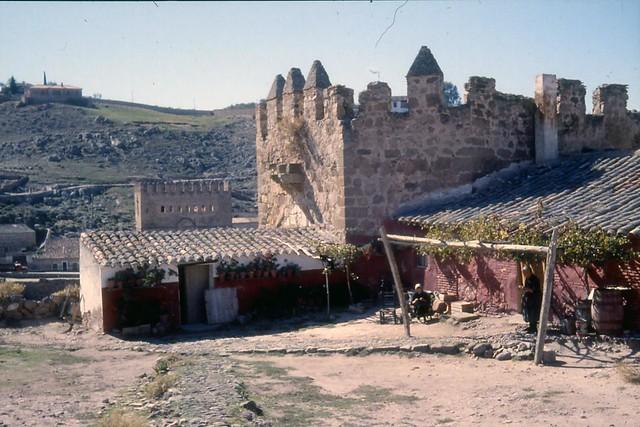 Toledo en noviembre de 1961 fotografiado por Piet Welling y Lieke Welling. Murallas junto al torreón del Puente de San Martín.
