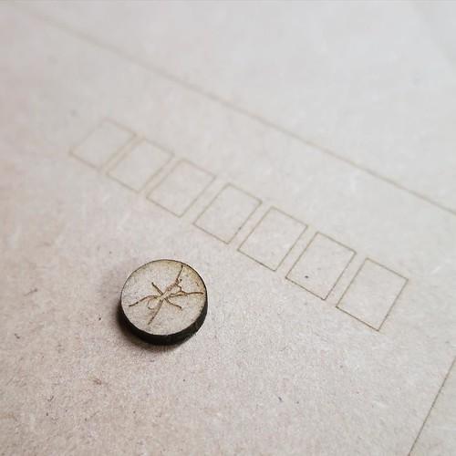 本日のアリはこんな感じ。レーザー加工機のテスト出力。2.5mmのMDFを60枚買ってきて、ただいま加工中。