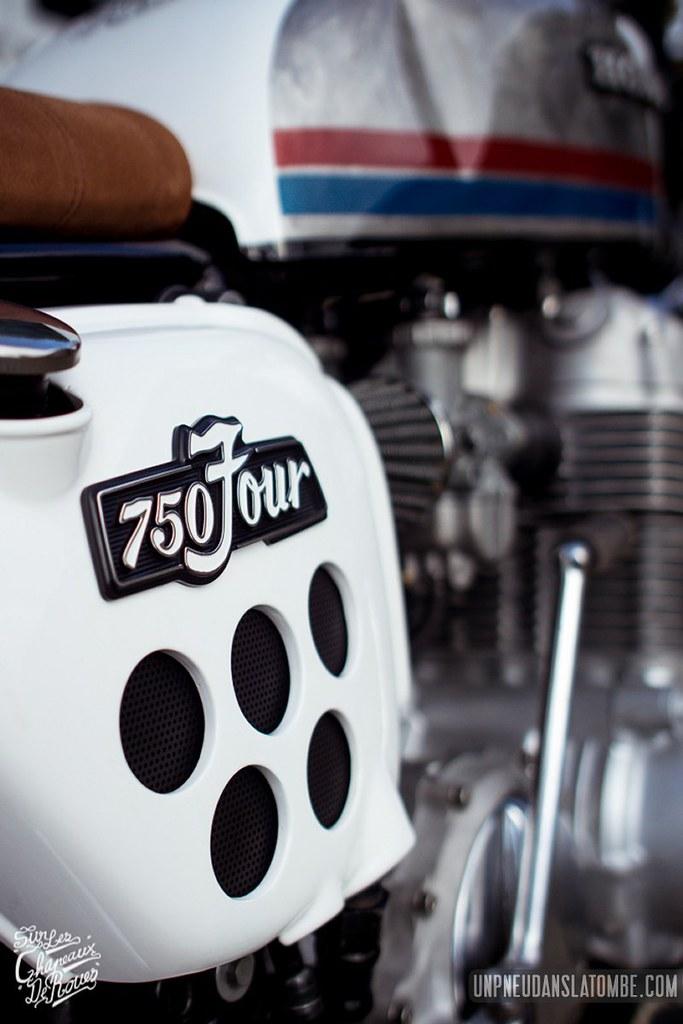 """Une Honda CB 750 Four, sortie de chez """"Sur les chapeaux de roues""""."""