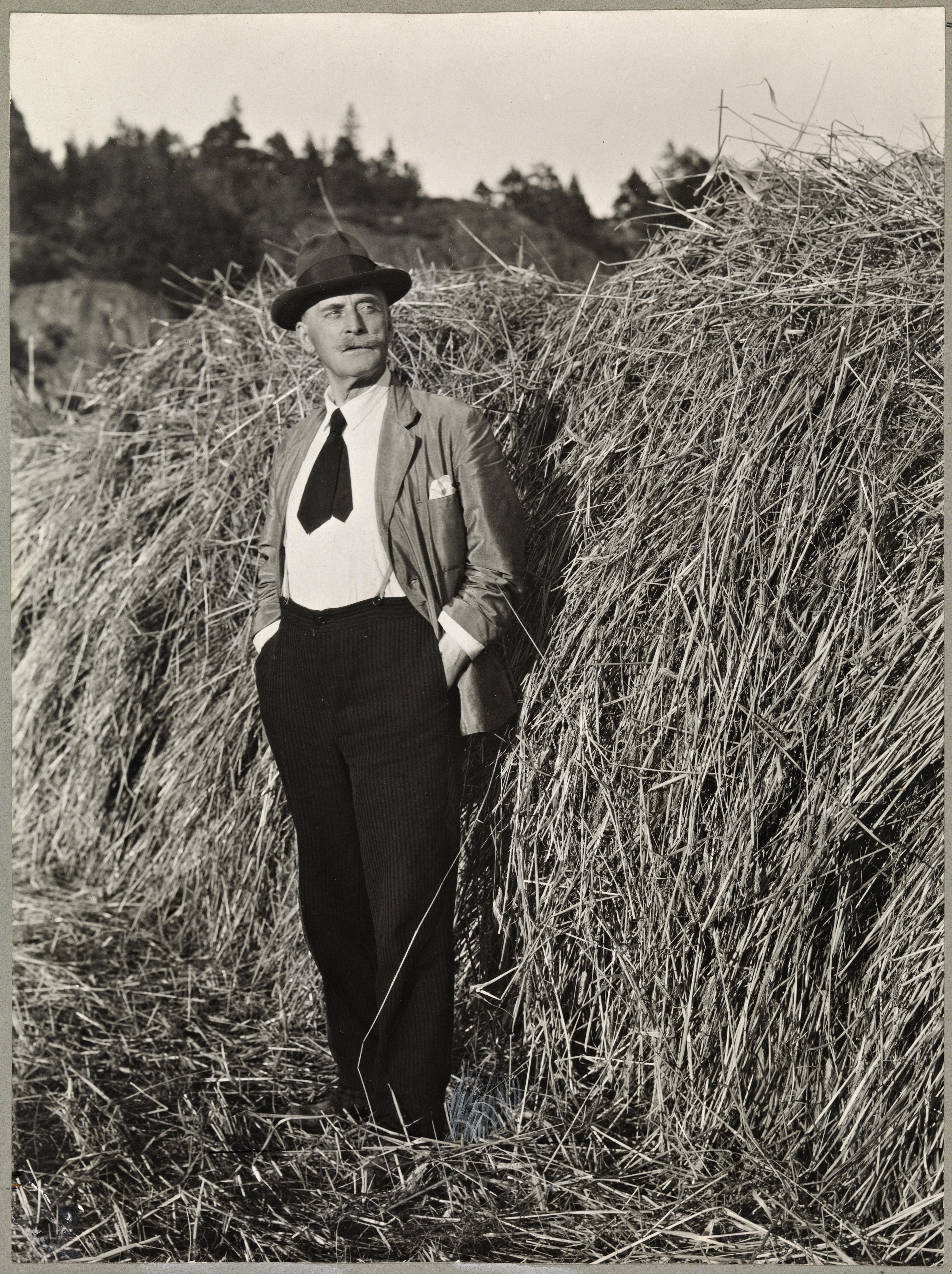 Portrett av Knut Hamsun (1859-1952) på Nørholm, 1930