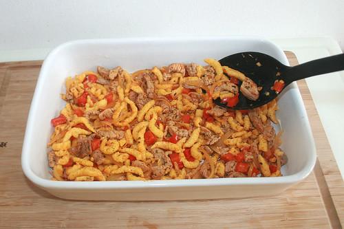 27 - Häfte der Mischung in Auflaufform geben / Put half of gyros mix in casserole