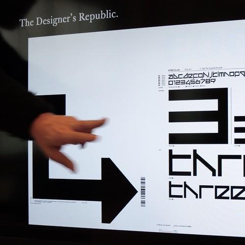 本日は、フォントの歴史について。楔形文字の時代から現代まで一気に。活版印刷の時代のフォントは、インク溜まりに気をつけなければならなかった。そして、フォント制作も課題に加わった。