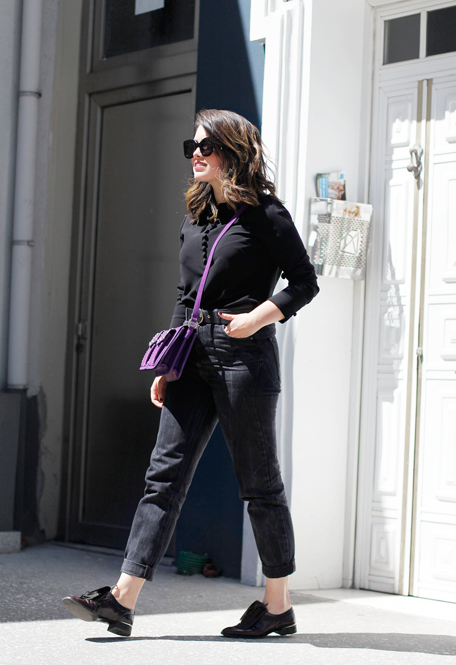 total look black with mom jeans and purple bag streetstyle