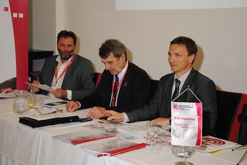 Karl Fröschl, Reinhard Goebl und Ronald Bieber am Podium der Generalversammlung