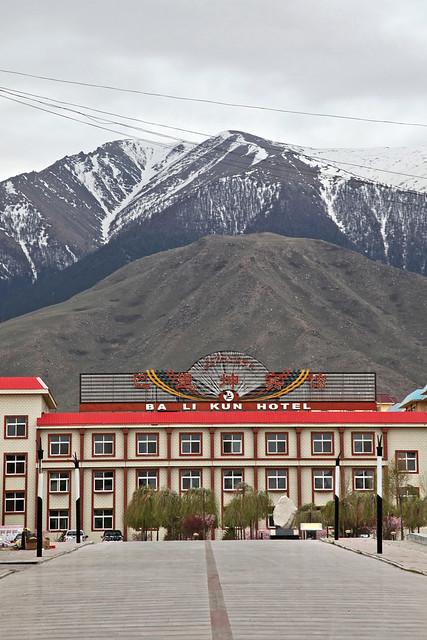 Balikun hotel and Tian Shan mountains, Barkol バルクル、巴里坤賓館と天山山脈