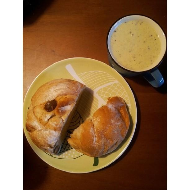 20130829 久違了單人早餐。自己打的蔬果汁+安茹蕾蔓越莓起士麵包+無花果麵包