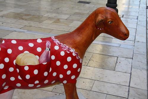 Otro ejemplar de cabra malagueña ataviado con traje de faralaes