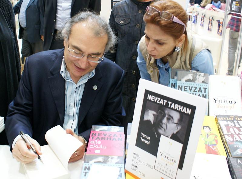 Prof.Dr. Nevzat Tarhan Fuarın son gününde okurlarıyla buluştu