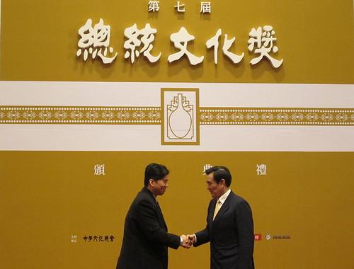 總統馬英九頒發「總統文化獎」,環境資訊協會常務監事蘇家宏代表該會領獎。(陳毓 攝。)