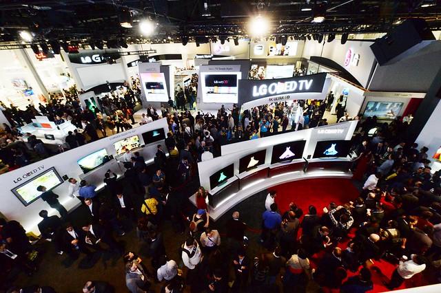 2014 CES 부스의 모습이다. 많은 사람들이 곡선으로 전시된 LG OLED TV를 관람하고 있다. 뿐만 아니라 뒤편으로 LG G2 전시 섹션도 보인다.