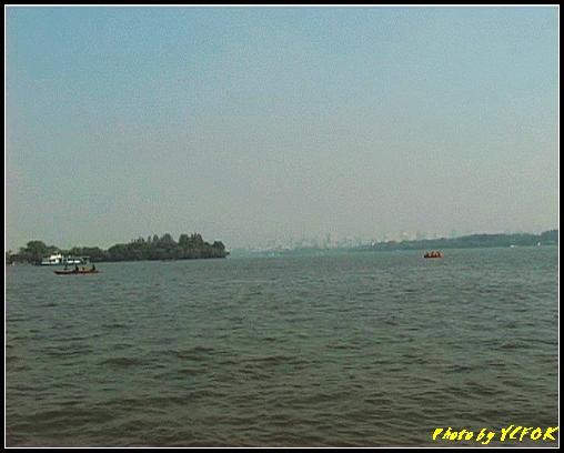 杭州 西湖 (其他景點) - 361 (西湖 湖上遊 往湖心亭 背景左面是小瀛洲 右面是柳浪聞鶯及市區一帶)
